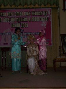 Ketua DPP Asosiasi Ahli Rias Pengantin Moderen dan Modifikasi Kun Mulyono, saat memperlihatkan tata ruas pengantin adat Banjar Modifikasi Muslim Moderen yang diperlihatkan ahli tata rias pengantin.